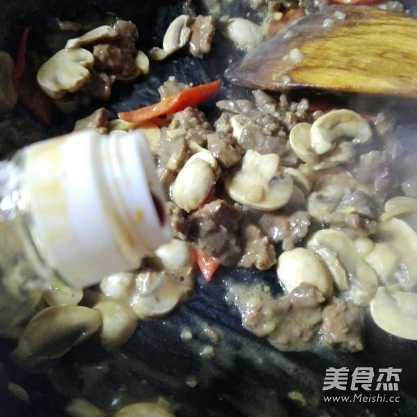 白蘑菇炒牛肉怎么煸