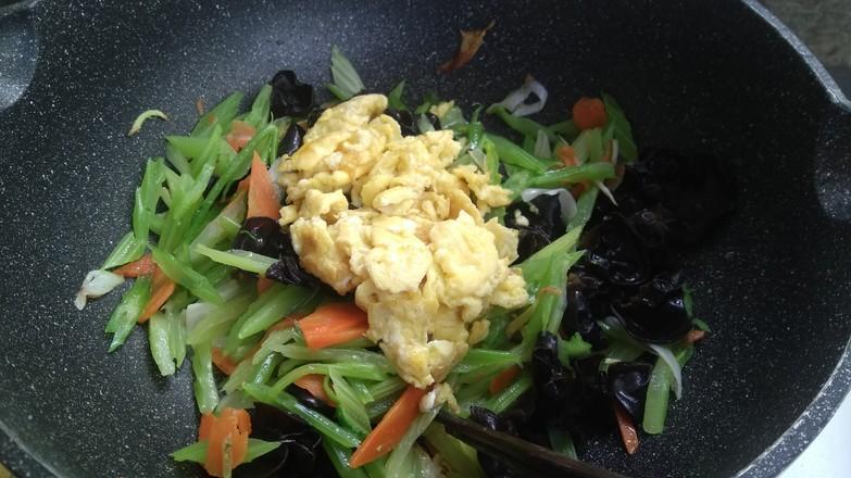 芹菜木耳炒鸡蛋怎样炖