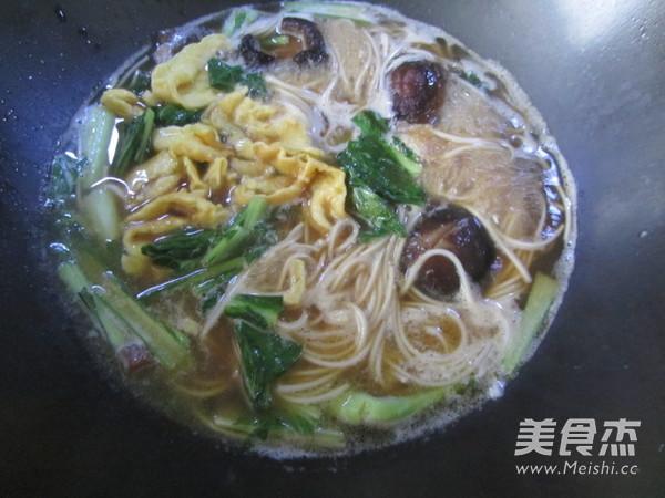 香菇鸡蛋汤面的制作