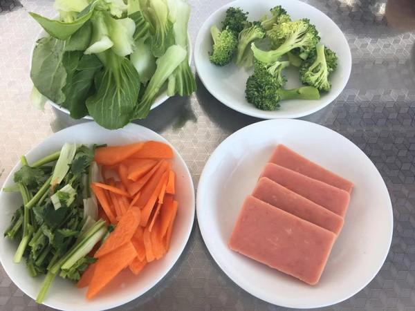 鸡蛋蔬菜火腿方便面的家常做法