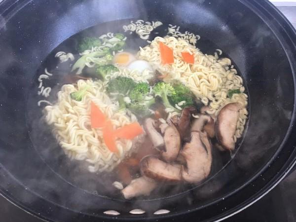 鸡蛋蔬菜火腿方便面怎么做