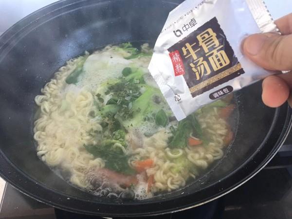 鸡蛋蔬菜火腿方便面怎么煮