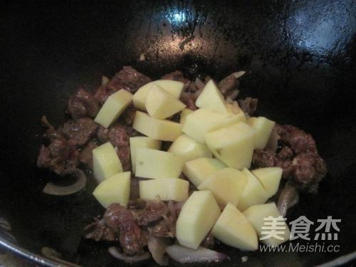 牛肉焖土豆的家常做法