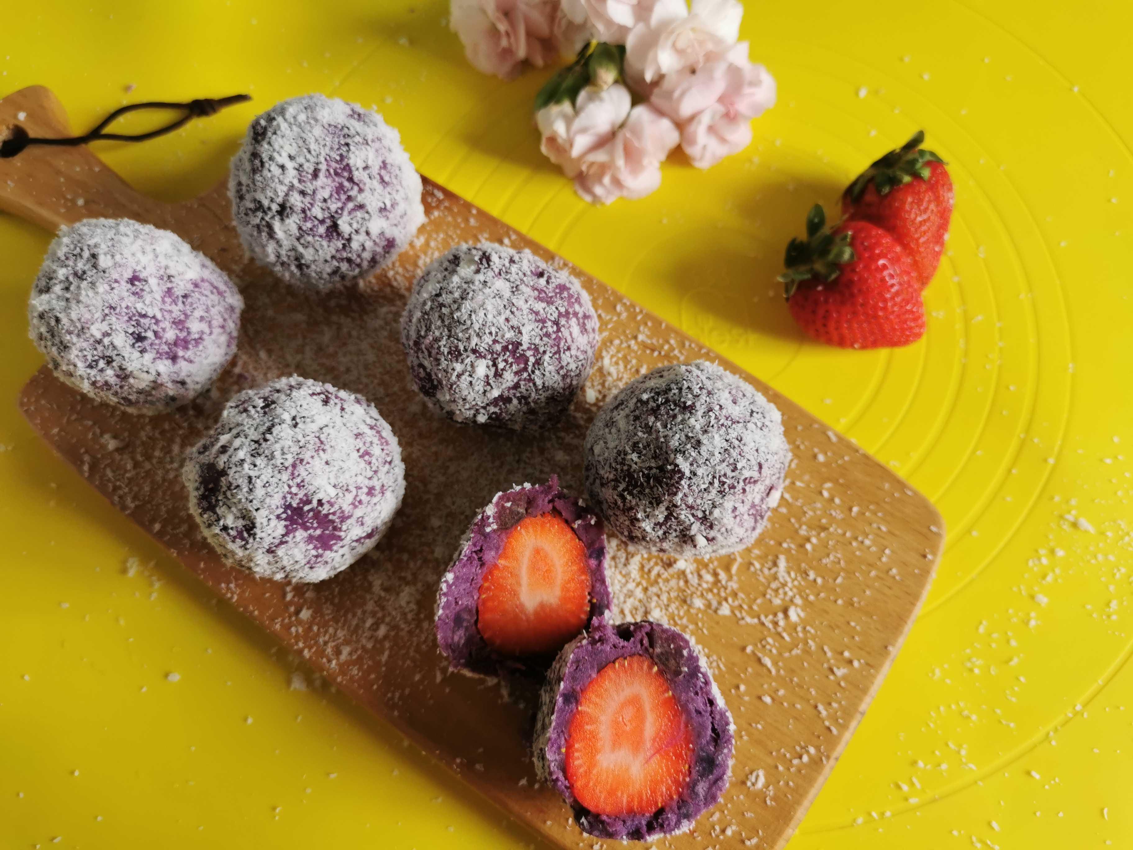 草莓椰蓉紫薯球成品图