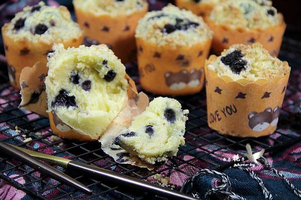酥顶蓝莓爆浆纸杯蛋糕成品图
