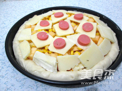 芝心香肠苹果披萨的制作