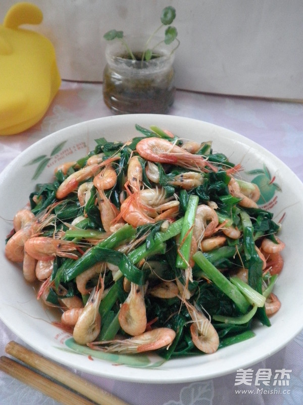 韭菜炒小河虾成品图
