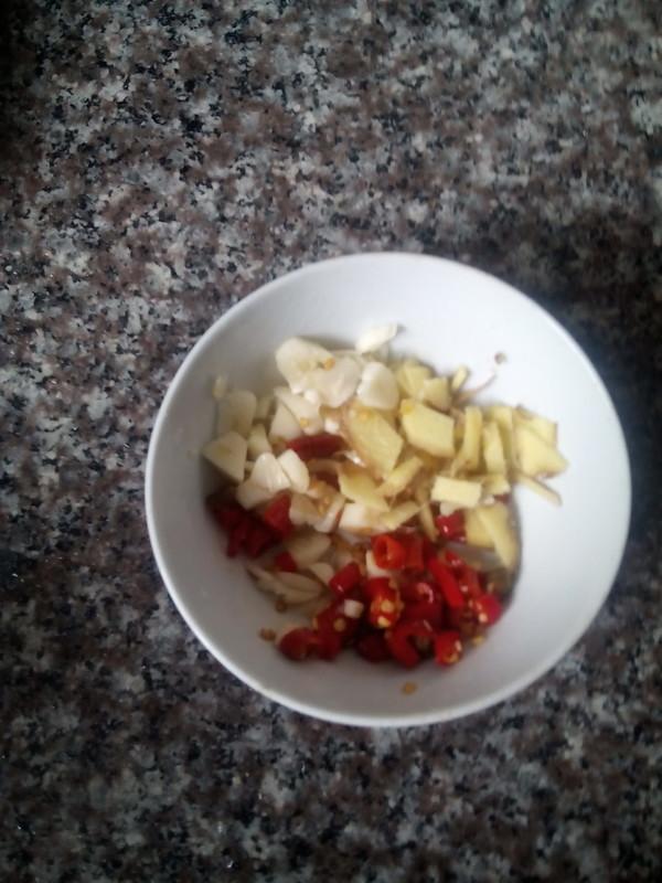 葱香泡椒鲫鱼的简单做法