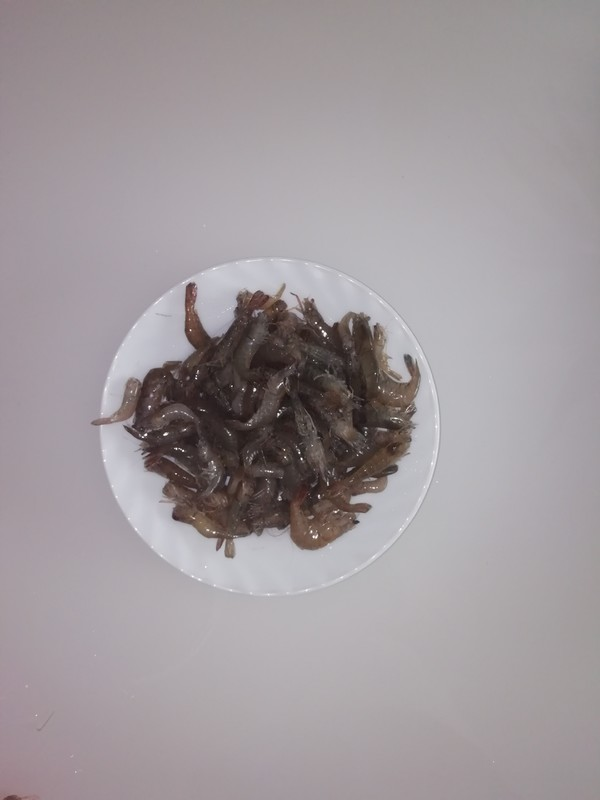 新鲜的炒河虾。的简单做法