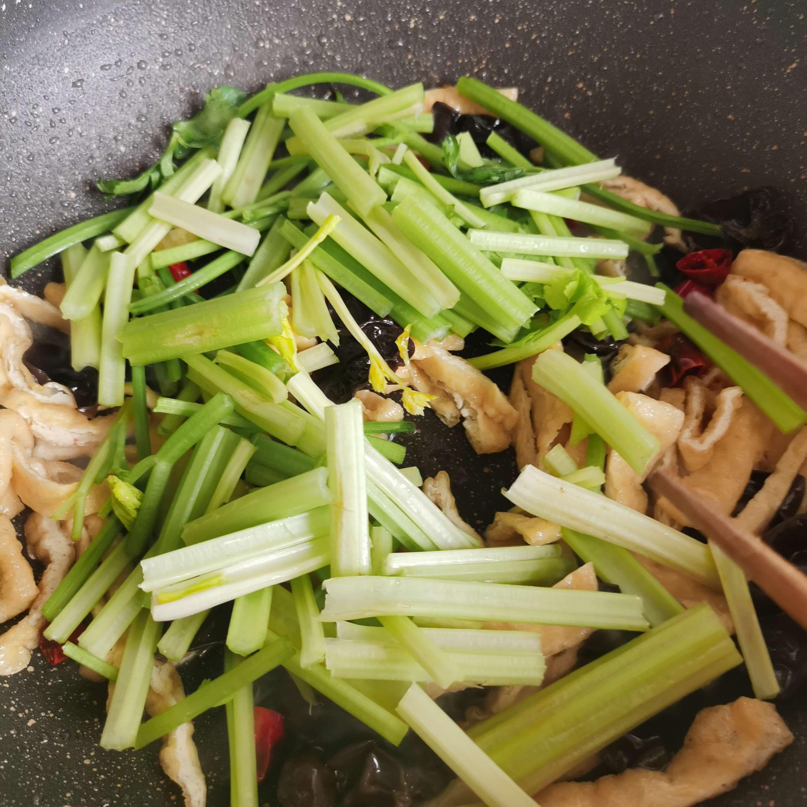芹菜炒油豆腐怎么炒