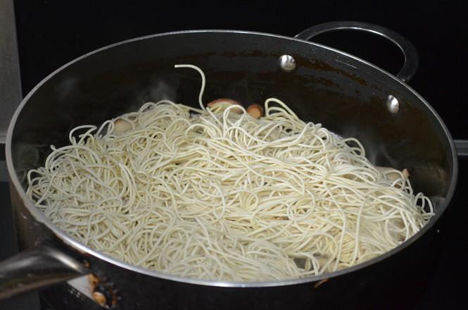 豌豆荚焖面的简单做法