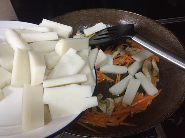 香菇小酱炒年糕怎么做