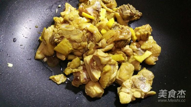 香菇鸡块焖饭怎么做