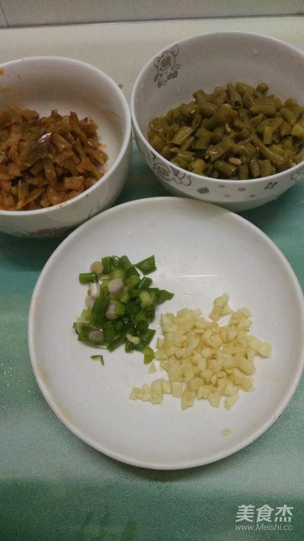 榨菜酸豆角拌面的简单做法