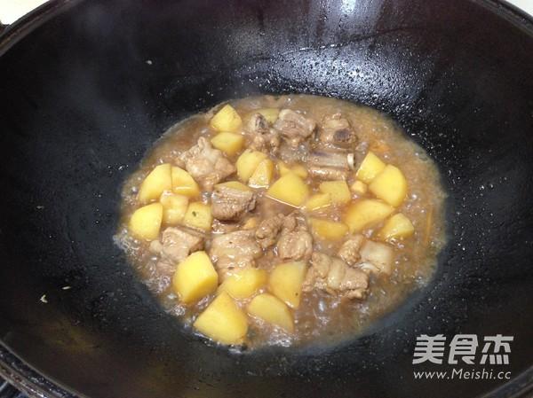 土豆焖排骨怎么炒