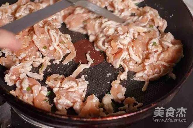 蘑菇炒鸡肉的家常做法