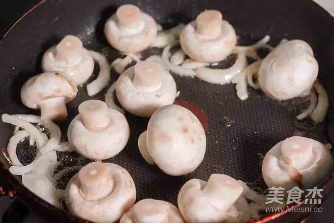 蘑菇炒鸡肉的简单做法