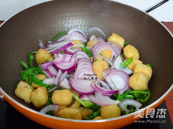 洋葱青椒焖豆腐怎么做