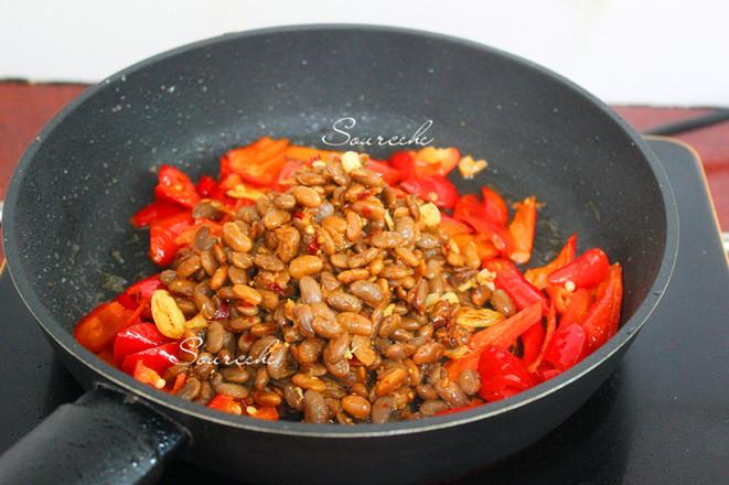 红辣椒炒腊八豆的简单做法